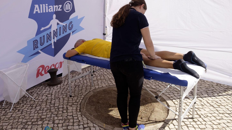 Atletas recebem massagens de relaxamento após a prova. Massagem. Massagista.