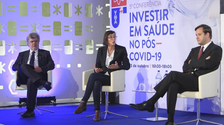 O presidente da Apifarma, a Diretora do Serviço de Hematologia do IPO de Lisboa e o deputado da Assembleia da República e médico durante a conferência.