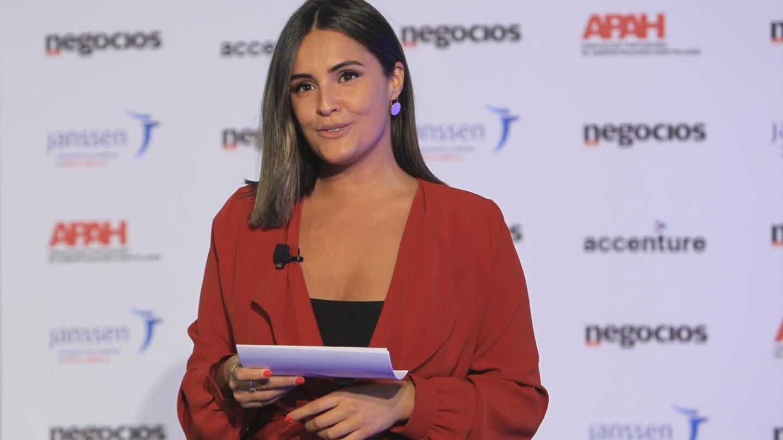 A apresentadora durante a conferência.