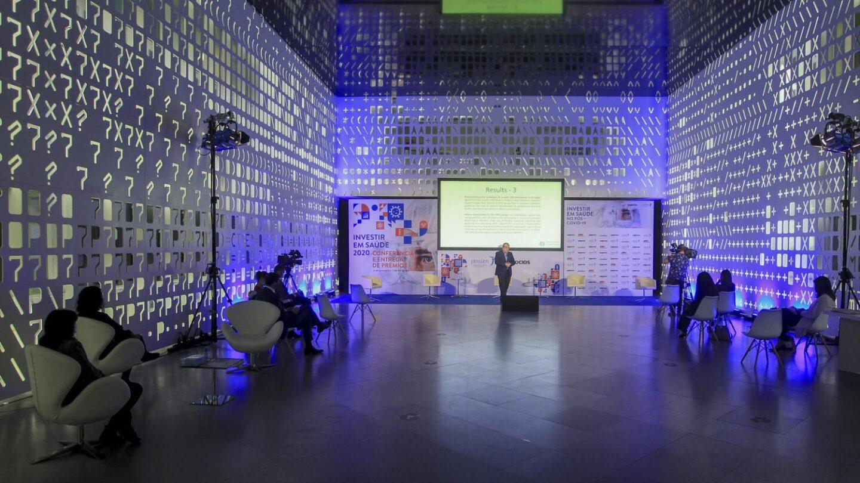 O Professor da Escola Nacional de Saúde Pública, Universiddae Nova de Lisboa na sua intervenção. Vista geral do salão onde decorre o evento.